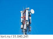 Телекоммуникационная антенна базовой станции сотовой связи на фоне неба. Стоковое фото, фотограф Кузин Алексей / Фотобанк Лори