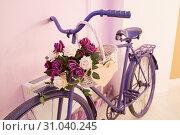 Купить «Сиреневый велосипед стоящий в фото зоне love-story», эксклюзивное фото № 31040245, снято 16 апреля 2019 г. (c) Кузин Алексей / Фотобанк Лори