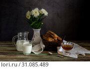 The fresh bread, honey and milk and a vase with white daisies. Стоковое фото, фотограф Татьяна Ляпи / Фотобанк Лори