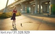 Купить «Young smiling woman ballerina standing on the pointe shoes», видеоролик № 31328929, снято 27 мая 2020 г. (c) Константин Шишкин / Фотобанк Лори