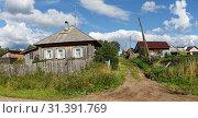Купить «Панорама деревенской улицы со старыми и новыми деревянными домами. Деревня Висим, Свердловская область.», фото № 31391769, снято 5 июля 2019 г. (c) Bala-Kate / Фотобанк Лори