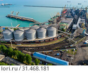 Купить «Краснодарский край, Туапсе, вид сверху на морской порт ,элеватор и причалы», фото № 31468181, снято 2 июня 2019 г. (c) glokaya_kuzdra / Фотобанк Лори