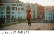 Купить «Young woman ballerina training on the roof - standing up and down on the pointe shoes», видеоролик № 31468241, снято 27 мая 2020 г. (c) Константин Шишкин / Фотобанк Лори