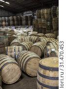 Louisville, Kentucky - Workers at Kelvin Cooperage make oak barrels for aging bourbon and wine. Стоковое фото, фотограф Jim West / age Fotostock / Фотобанк Лори