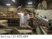 Louisville, Kentucky - Workers at Kelvin Cooperage make oak barrels for aging bourbon and wine. (2019 год). Редакционное фото, фотограф Jim West / age Fotostock / Фотобанк Лори