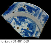 Two fragments of faience plate, blue on white, landscapes and chinesen on edge and mirror, dish plate crockery holder soil find ceramic earthenware glaze... (2018 год). Редакционное фото, фотограф Copyright Liszt Collection / age Fotostock / Фотобанк Лори