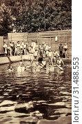 Baths in Saxony, Group portraits with many people, Schmiedeberg (Erzgebirge), 1912, Landkreis Sächsische Schweiz-Osterzgebirge, Schmiedeberg, Buschmühle, Schwimmbad, Germany (2019 год). Редакционное фото, фотограф Copyright Liszt Collection / age Fotostock / Фотобанк Лори