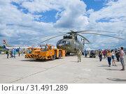 Буксировка тяжелого транспортного вертолета Ми-26Т2. Фрагмент авиасалона МАКС-2017. Редакционное фото, фотограф Виктор Карасев / Фотобанк Лори