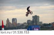 Купить «Motofreestyle - jumps with incredible acrobatic elements», видеоролик № 31530153, снято 16 июня 2019 г. (c) Игорь Жоров / Фотобанк Лори