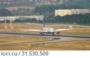 Купить «Lufthansa Airbus A330 braking», видеоролик № 31530509, снято 19 июля 2017 г. (c) Игорь Жоров / Фотобанк Лори