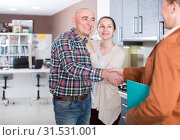 Купить «Professional seller and buyers at kitchen furniture», фото № 31531001, снято 4 апреля 2017 г. (c) Яков Филимонов / Фотобанк Лори