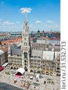 Вид на здание Новой ратуши (Neues Rathaus) и площадь Мариенплац летом с высоты птичьего полета. Мюнхен. Бавария. Германия (2019 год). Редакционное фото, фотограф E. O. / Фотобанк Лори