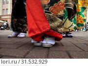 Купить «Крупным планом ноги девушки одетой в традиционную национальную одежду и обувь Японии на городской улице», фото № 31532929, снято 13 июля 2019 г. (c) Николай Винокуров / Фотобанк Лори