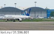 Купить «Airliner taxiing before departure», видеоролик № 31596801, снято 4 мая 2019 г. (c) Игорь Жоров / Фотобанк Лори