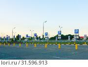Купить «Панорама автомобильной стоянки для инвалидов у торгового центра», фото № 31596913, снято 1 июля 2019 г. (c) Зобков Георгий / Фотобанк Лори