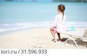 Little girl enjoying on sunbed on white beach. Стоковое видео, видеограф Дмитрий Травников / Фотобанк Лори