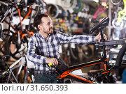 Купить «Man considers bicycle saddle», фото № 31650393, снято 13 сентября 2019 г. (c) Яков Филимонов / Фотобанк Лори