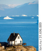 Small town Uummannaq in the north of west greenland. Background the glaciated Nuussuaq (Nugssuaq) Peninsula. America, North America, Greenland, Denmark. Стоковое фото, фотограф Martin Zwick / age Fotostock / Фотобанк Лори
