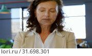 Купить «Female executive holding architectural model in the office 4k», видеоролик № 31698301, снято 1 сентября 2018 г. (c) Wavebreak Media / Фотобанк Лори