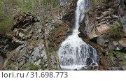Купить «Камышлинский водопад на Алтае / Aerial video of Kamyshlinsky Waterfall from drone», видеоролик № 31698773, снято 13 июля 2019 г. (c) Serg Zastavkin / Фотобанк Лори