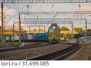 Купить «Грузовой поезд отправляется со станции Шарья Северной железной дороги», фото № 31699085, снято 3 июля 2019 г. (c) Виктор Карасев / Фотобанк Лори