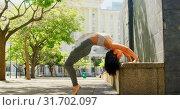 Купить «Female dancer dancing in the city 4k», видеоролик № 31702097, снято 26 сентября 2018 г. (c) Wavebreak Media / Фотобанк Лори