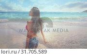 Купить «Woman running towards the beach», видеоролик № 31705589, снято 18 апреля 2019 г. (c) Wavebreak Media / Фотобанк Лори