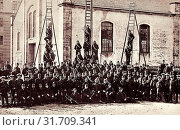 Ladders in Germany, Firefighting in Saxony, Brass instruments, Group portraits with many people, Buildings in Oschatz, 1913, Landkreis Nordsachsen, Oschatz, Freiwillige Bürgerfeuerwehr (2019 год). Редакционное фото, фотограф Copyright Liszt Collection / age Fotostock / Фотобанк Лори