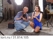 Купить «girl and professional photographer during photo shoot», фото № 31814105, снято 5 октября 2018 г. (c) Яков Филимонов / Фотобанк Лори