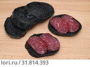 Купить «Бутерброд с колбасой и ломтики багета с углём», эксклюзивное фото № 31814393, снято 25 июля 2019 г. (c) Dmitry29 / Фотобанк Лори