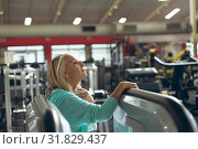 Tired active senior woman wiping sweat towel in fitness studio. Стоковое фото, агентство Wavebreak Media / Фотобанк Лори
