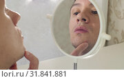 Man in a front of mirror detected pimple. Стоковое видео, видеограф Илья Шаматура / Фотобанк Лори