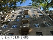 Купить «Восьмиэтажный двухподъездный кирпичный жилой дом. Построен в 1953 году. Хитровский переулок, 4. Басманный район. Город Москва», эксклюзивное фото № 31842685, снято 5 сентября 2014 г. (c) lana1501 / Фотобанк Лори
