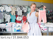 Mother 25-37 years old is choosing clothes for daughter. Стоковое фото, фотограф Яков Филимонов / Фотобанк Лори