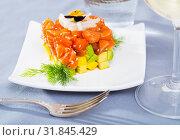 Купить «Salmon tartare formed as cube with avocado», фото № 31845429, снято 14 декабря 2019 г. (c) Яков Филимонов / Фотобанк Лори