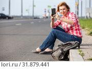 Купить «Женщина средних лет фотографирует на смартфон», фото № 31879441, снято 21 июня 2019 г. (c) Кекяляйнен Андрей / Фотобанк Лори