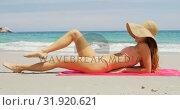 Купить «Side view of Caucasian woman in hat relaxing on the beach 4k», видеоролик № 31920621, снято 12 ноября 2018 г. (c) Wavebreak Media / Фотобанк Лори