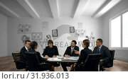 Купить «Business people discussing at the office», видеоролик № 31936013, снято 5 апреля 2019 г. (c) Wavebreak Media / Фотобанк Лори