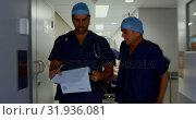Medical teams pushing emergency bed 4k. Стоковое видео, агентство Wavebreak Media / Фотобанк Лори