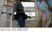 Купить «Graffiti artist painting with aerosol spray on the wall 4k», видеоролик № 31936197, снято 4 февраля 2019 г. (c) Wavebreak Media / Фотобанк Лори