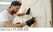 Купить «Graffiti artist painting with aerosol spray 4k», видеоролик № 31938505, снято 4 февраля 2019 г. (c) Wavebreak Media / Фотобанк Лори