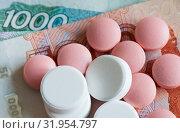 Платная медицина: таблетки лежат на рублевых банкнотах. Стоковое фото, фотограф E. O. / Фотобанк Лори