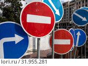 Купить «Дорожные знаки установлены на улице в центре города Москвы, Россия», фото № 31955281, снято 3 августа 2019 г. (c) Николай Винокуров / Фотобанк Лори