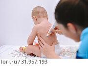 Нанесение крема на спину малыша. Стоковое фото, фотограф Вера Папиж / Фотобанк Лори