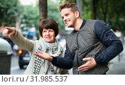 Male tourist asks for directions from woman. Стоковое фото, фотограф Яков Филимонов / Фотобанк Лори