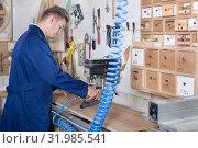 Купить «Guy using milling cutter to make furniture», фото № 31985541, снято 7 ноября 2016 г. (c) Яков Филимонов / Фотобанк Лори