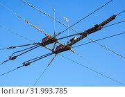 Купить «Узел пересечения питающих проводов контактной сети городского электротранспорта», фото № 31993785, снято 22 апреля 2019 г. (c) Вячеслав Палес / Фотобанк Лори