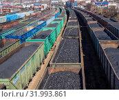 Купить «Составы с углем на железнодорожной станции», фото № 31993861, снято 22 апреля 2019 г. (c) Вячеслав Палес / Фотобанк Лори