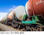 Цистерны для нефтепродуктов не железнодорожных путях (2019 год). Редакционное фото, фотограф Вячеслав Палес / Фотобанк Лори