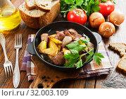 Купить «Potatoes stewed with chicken liver», фото № 32003109, снято 23 мая 2019 г. (c) Надежда Мишкова / Фотобанк Лори